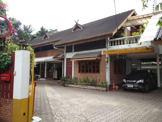 Galare Guest House: Front entrance