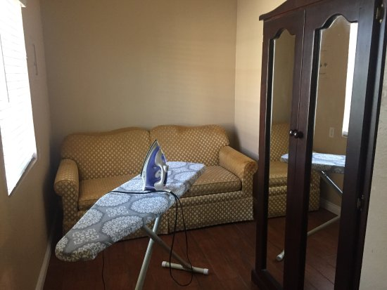 Rosemead, Californie : Spacious room with microwave and mini fridge. The room with a sofa bed seems a little oddly plac