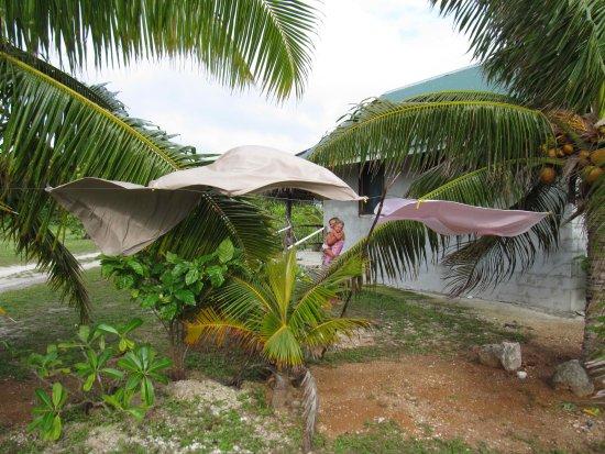 Inano Beach Bungalows: Örökké fújó szél szárítja a ruhákat a ház mögötti dróton