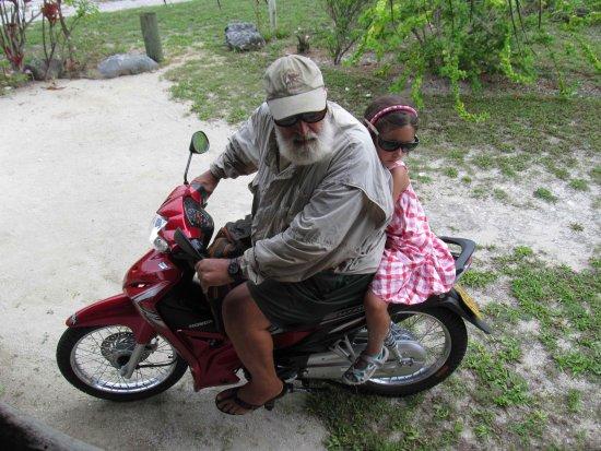 Inano Beach Bungalows: Papa Jon és Flóra Cook szigeti módon útnak indul