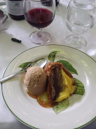 Roccalbegna, Włochy: Delicous home made cake and mocca ice cream