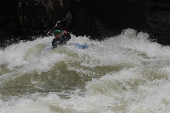 Lansing, Virginia Occidentale: Brave soul kayaking the Gauley