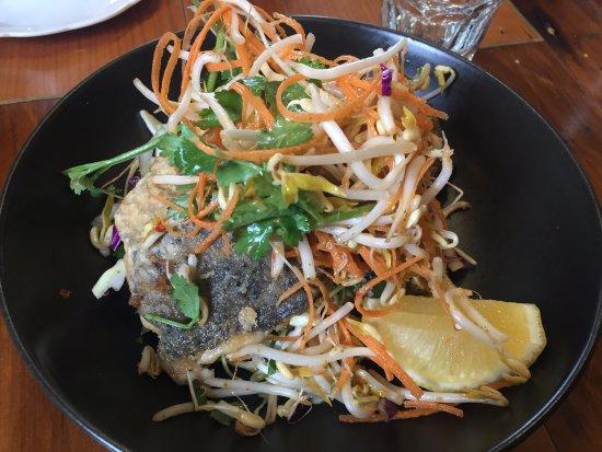 Burrawang, Avustralya: barramundi with fresh asian salad