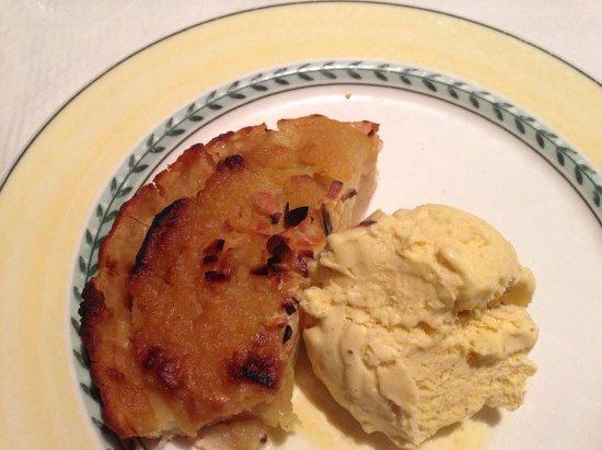 Ivry-sur-Seine, ฝรั่งเศส: (Excuse the bite) My Apple Tart and Ice Cream