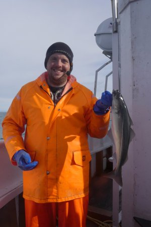 Dalvik, Islandia: One of the fish that was caught at the end of the trip. It's being held by a crew member.
