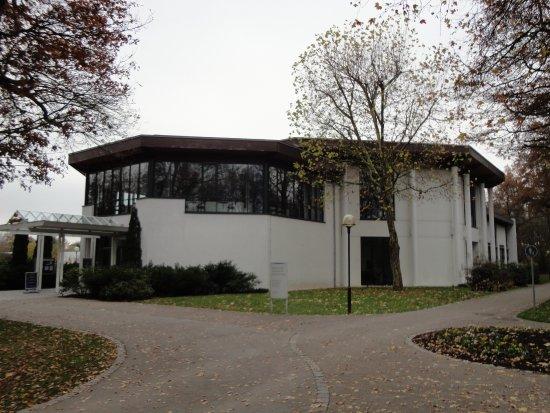 森の中にある近代的な建物がカジノです , Picture of Spielbank