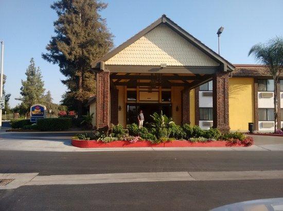 Тулар, Калифорния: The main entrance (lobby access)