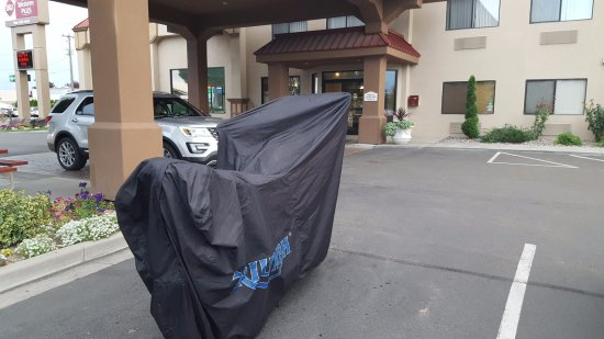 BEST WESTERN PLUS Twin Falls Hotel: Motorcycle parked for the night at the hotel.