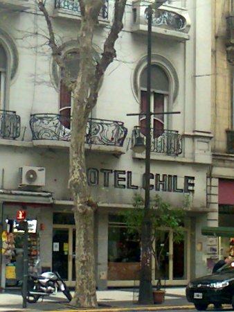 Hotel Chile: Entrada al hotel y algunas ventanas y balcones