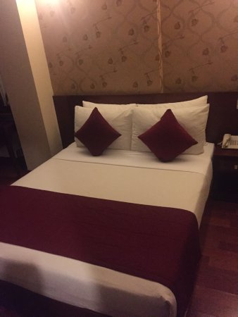 Asian Ruby Park View Hotel: king bed in family room