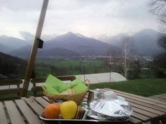 Paesana, Italia: Petit dejeuner en terasse Juste devant notre petit appartement ...bonheur 👍🏻😉🇮🇹
