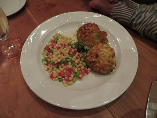 Hunter's Tavern: Eastern shore crab cakes with fried green tomatoes