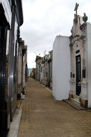 Buena Onda Free Tour: aisles and aisles of eerily beautiful mausoleums