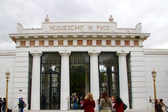 Buena Onda Free Tour: front entrance of recoleta cemetery