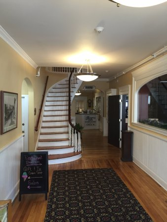 Littleton, NH: Entrance and Lobby