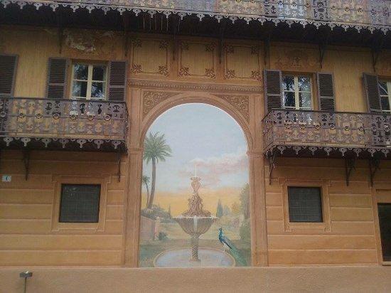 Fontanafredda: Façade royale