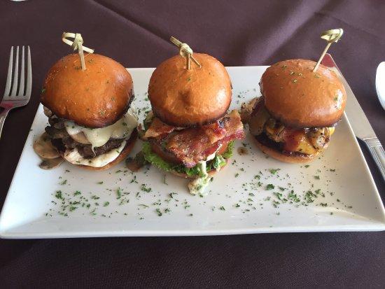 Garland, Teksas: Mushroom Swiss, Gorgonzola and Maple bacon, Smoked Hickory sliders.