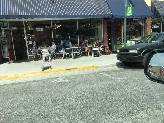Salida, Колорадо: Sidewalk tables.
