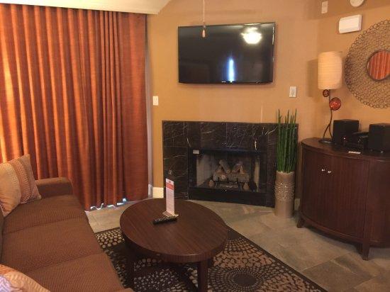 Holiday Inn Club Vacations Las Vegas - Desert Club Resort: sala com sofá e lareira