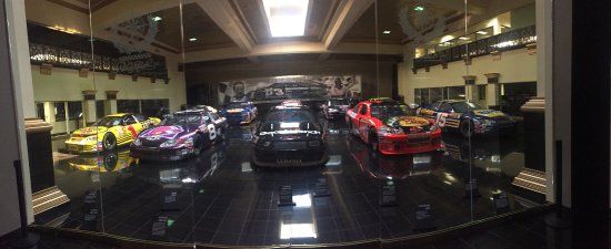 "Mooresville, Carolina del Nord: The DEI Car Museum at the ""Garage Mahal"""