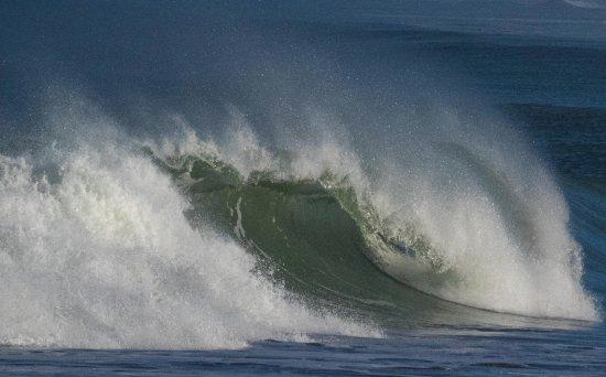 Muriwai Beach, Nova Zelândia: Dramatic waves hit the coast here