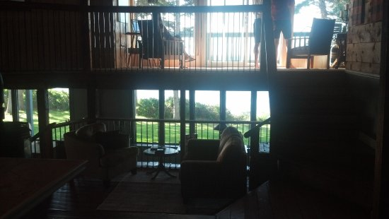 Murray River, Καναδάς: View from lobby area looking towards the water. Bottom left is the dinning area just out of pict