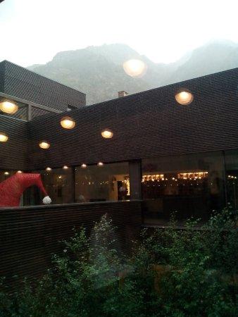 Riva Valdobbia, Italie : Seduti a fare merenda e guardando fuori la pioggia