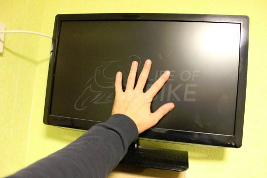 Thurso, UK: TV in room. Hand for scale lol :)