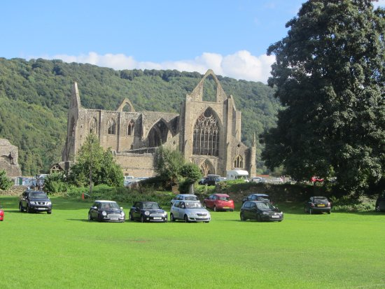‪‪Tintern‬, UK: Tintern Abbey next to the Royal George Hotel‬