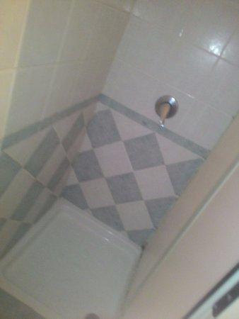 Hotel Italia: Doccia ristretta, solamente una bustina di shampoo/doccia e poco curata.