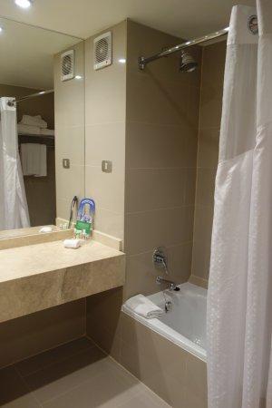 Holiday Inn Santiago Airport: Bathroom