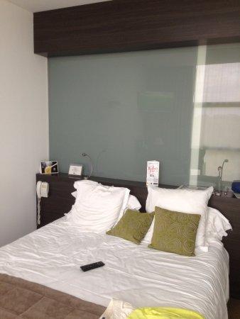 vitre sans teinte au dos du lit s paration avec la salle de bains photo de kyriad nantes. Black Bedroom Furniture Sets. Home Design Ideas