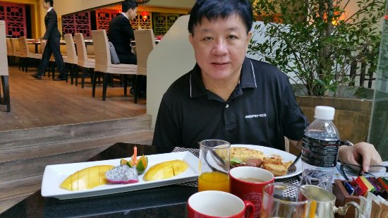 Swissotel Nai Lert Park: Staff surprising hubby on his birthday with a fruit platter - ISO restaurant
