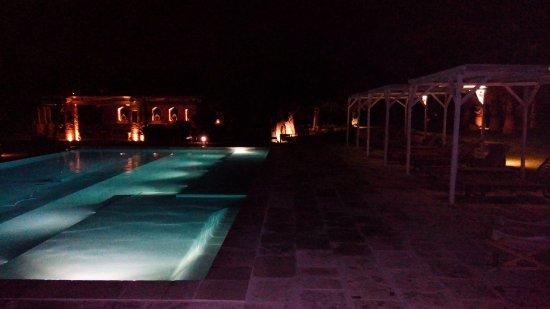 Martano, إيطاليا: La splendida piscina isufruibile anche la sera con tanto di idromassaggio.