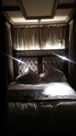 Crawfordsburn, UK: four poster bed lit up