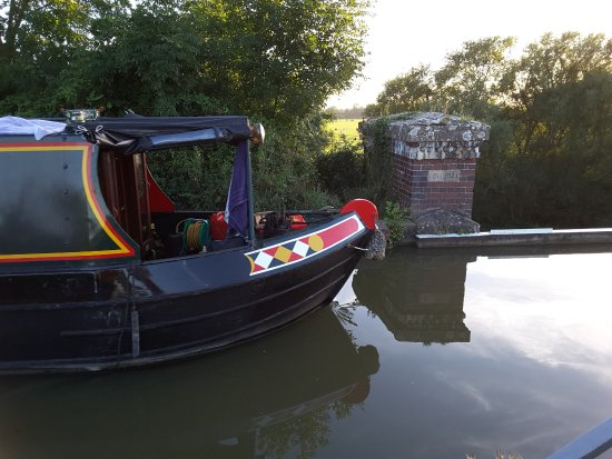 Cosgrove, UK: Barge approaching the Iron Trunk