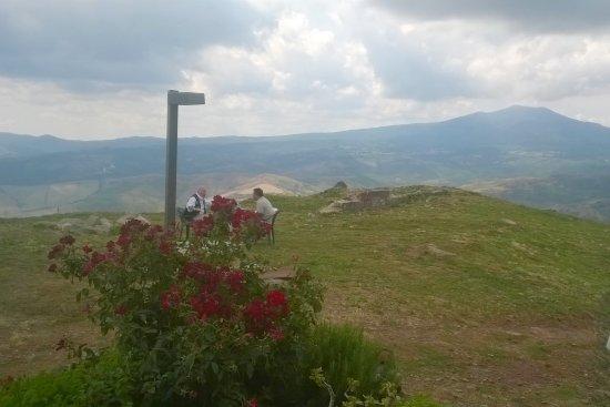 Radicofani, Italy: tavolino appartato verso il Monte Amiata e la Val d'Orcia