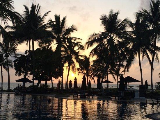 Vivanta by Taj - Bentota: Sunset am pool