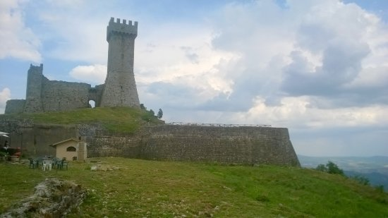 Radicofani, Italia: La Rocca con il sottostante Ristorante