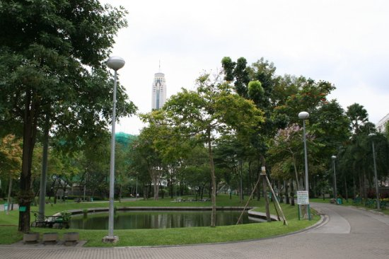 Royal View Resort: ホテル前の公園