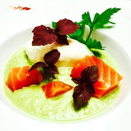 Auch, فرنسا: Le saumon mariné par nos soins, espuma au chèvre frais et crème de petits pois rafraichie à la m