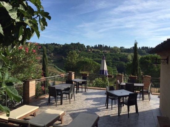 Montescudaio, อิตาลี: Die Sonnenterrasse, auf der auch das Frühstück serviert wird.