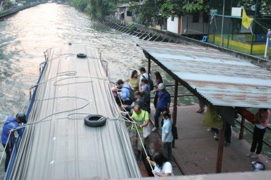ยูนิโก้ เอ็กซ์เพรส แอท สุขุมวิท กรุงเทพ: 運河ボート乗り場がすぐ横