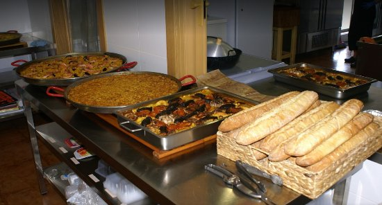 Chiva, Hiszpania: Pan recién horneado todos los días. Fideua y arroz al horno riquísimos.