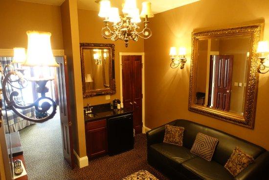 Celebrity Hotel: Living room