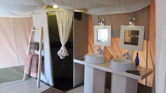 Kicheche Valley Camp: Dusche und Lavabo (WC befindet sich rechts ausserhalb des Fotos)