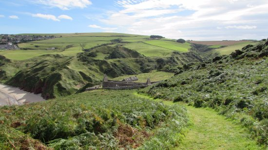 Gardenstown, UK: Looking down on the church from the path above