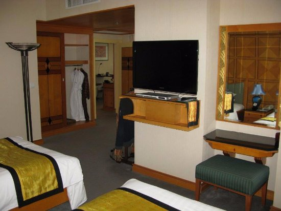 Camera da letto e vista studio - Picture of Melia Hanoi, Hanoi ...