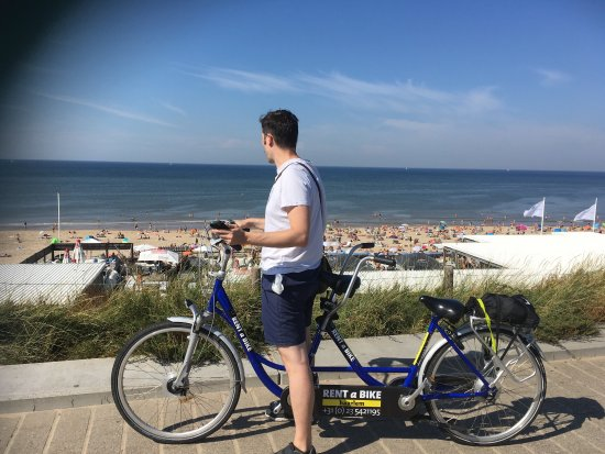 Bloemendaal, Nederland: What a lovely day in an amazing beach ❤️ Rent a bike in Haarlem and it takes like 25 min in a lo