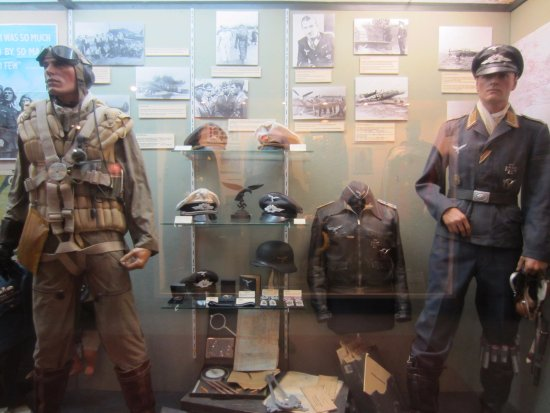 Luftwaffe uniform display  - Picture of Musee 39-45